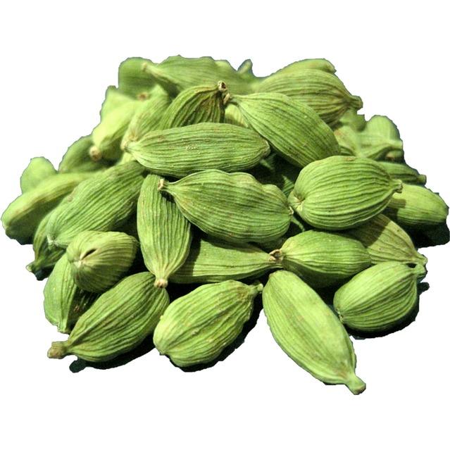 Ecorse de cardamone verte entière avec graines avant broyage